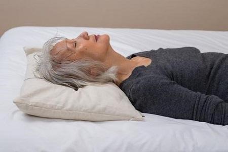 استفاده از بالشت مناسب هنگام خوابیدن