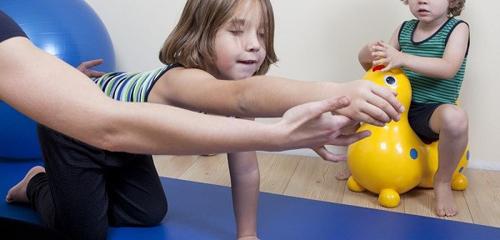 طب فیزیکی و فیزیوتراپی چگونه به کودکان دچار فلج مغزی کمکمیکند