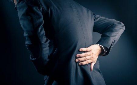 چه علائم و نشانههای دیگری معمولاً با کمر درد هرماه است؟