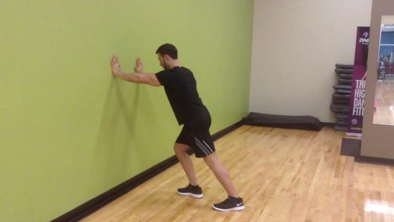 قرار دادن دستها روی دیوار